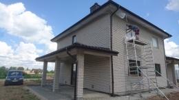 namų fasadai prieš dažymą